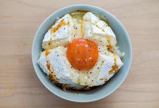 卵もチーズもこってり濃厚! にんにくだし醤油×カマンベールチーズ